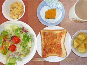 イチゴジャムトースト,サラダ,蒸しじゃが,スクランブルエッグ,カボチャの煮物,バナナ,コーヒー,