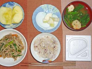 納豆ご飯,肉野菜炒め,大根の漬物,ほうれん草と麩のおみそ汁,リンゴ