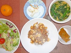 麻婆豆腐丼,サラダ,カボチャの煮つけ,大根の漬物,中華スープ,ミカン