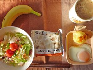 ワッフル,サラダ,目玉焼き,蒸しじゃが,バナナ,コーヒー