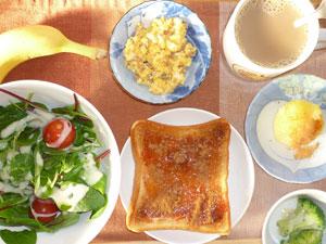 イチゴジャムトースト,サラダ,ブロッコリーの温野菜,蒸しじゃが,スクランブルエッグ,バナナ,コーヒー