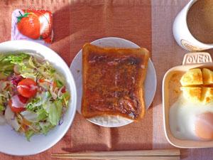 イチゴジャムトースト,目玉焼き,蒸しじゃが,サラダ,ヨーグルト,コーヒー