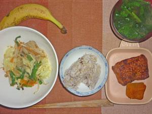 ご飯,照り焼きチキン,カボチャの煮つけ,野菜炒め,ほうれん草とワカメのみそ汁,バナナ