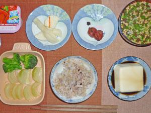 ご飯,湯豆腐,焼き野菜,漬物,梅干し,納豆汁,ヨーグルト