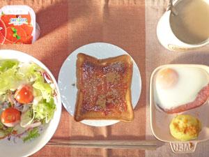 イチゴジャムトースト,サラダ,ハムエッグ,蒸しじゃが,ヨーグルト