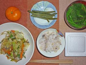 納豆五穀米ご飯,インゲンの煮物,野菜炒め,ほうれん草のみそ汁,ミカン