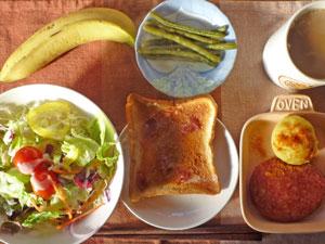 イチゴジャムトースト,厚切りハム,蒸しジャガ,サラダ,インゲンの煮物,バナナ,コーヒー