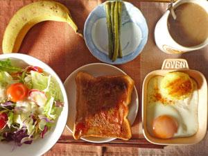 イチゴジャムトースト,サラダ,目玉焼き,蒸しじゃが,インゲンの煮物,バナナ,コーヒー