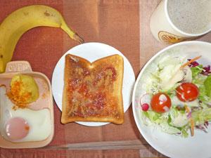 イチゴジャムトースト,目玉焼き,蒸しじゃが,サラダ,バナナ,コーヒー