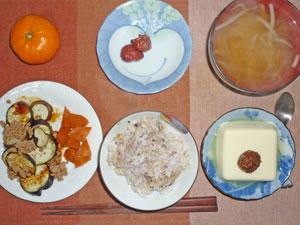 五穀米,焼きナス,ニンジンの煮つけ,温奴肉味噌かけ,梅干し,もやしのみそ汁,ミカン