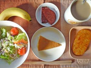 スフレチーズケーキ,サラダ,ハッシュドポテト,厚切りハム,バナナ,コーヒー