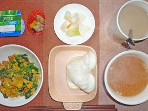 お餅×2,ほうれん草とミックスベジタブルの入り玉子,天ぷら,大根の漬物,コンソメスープ,ヨーグルト,紅茶