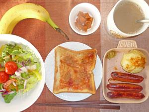 イチゴジャムトースト,ソーセージ,蒸しじゃが,サラダ,ニンジンの煮物,バナナ,コーヒー