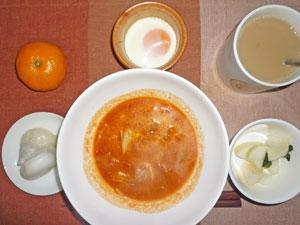トマトスープ,お餅,大根の漬物,目玉焼き,ミカン,コーヒー