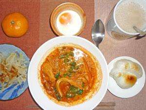 キャベツとほうれん草のトマトスープ,お餅,もやしのおひたし,目玉焼き,ミカン,紅茶