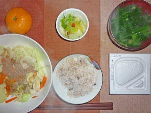 納豆ご飯,肉野菜蒸し,白菜の漬物,ほうれん草とワカメのみそ汁,ミカン