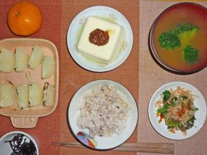 五穀米,昆布の佃煮,ほうれん草のおひたし,焼き玉ねぎ,温奴,ブロッコリーのみそ汁,ミカン