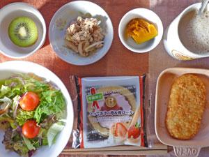 イチゴロール,サラダ,カボチャの煮つけ,ツナサラダ,ハッシュドポテト,キウイフルーツ,コーヒー