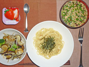 梅シソスパゲティ,茄子ともやしとブロッコリーの温野菜,焼き鳥(写真取り忘れ),納豆汁,ヨーグルト