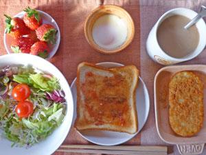 イチゴジャムトースト,サラダ,ハッシュドポテト,目玉焼き,イチゴ,コーヒー
