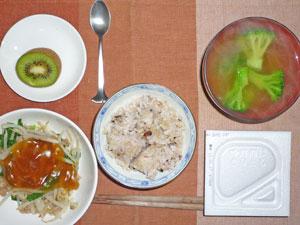 納豆ご飯,蒸し野菜のあんかけ,ブロッコリーのおみそ汁,キウイフルーツ