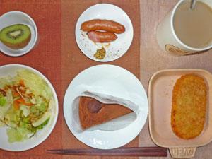 チョコレートケーキ,ソーセージ,ハッシュドポテト,蒸し野菜,キウイフルーツ,コーヒー