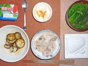 納豆ご飯,焼きナスの生姜あんかけ,大根の漬物,ほうれん草とワカメのみそ汁,ヨーグルト