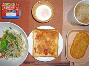 イチゴジャムトースト,ハッシュドポテト,野菜炒め,目玉焼き,ヨーグルト,コーヒー