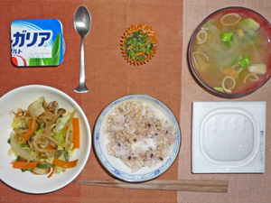 納豆ご飯,野菜炒め,ほうれん草とねぎのみそ汁,ほうれん草の胡麻和え,ヨーグルト