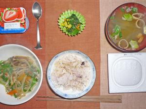 納豆ご飯,ニラともやしの炒め物,ほうれん草のソテー,長ネギのみそ汁,ヨーグルト