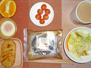 チョコロール,プチトマト,温野菜,ハッシュドポテト,目玉焼き,オレンジ