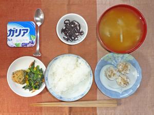 ご飯,昆布の佃煮,カボチャ,ほうれん草のソテー,シュウマイ,玉ねぎとワカメのみそ汁,ヨーグルト