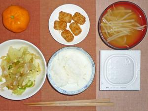 納豆ご飯,キャベツと玉ねぎの炒め物,ポテト,もやしとワカメのみそ汁,ミカン