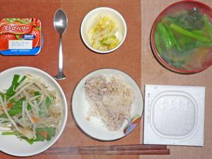 納豆ご飯,ニラともやしのオイスターソース炒め,白菜の漬物,ほうれん草とワカメのみそ汁,ヨーグルト