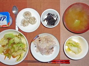 五穀米,蒸し野菜,白菜の漬物,シュウマイ,昆布の佃煮,玉ねぎのみそ汁,ヨーグルト