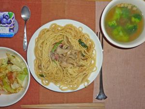 キノコとベーコンのニンニク醤油スパゲティ,温野菜,ブロッコリーのスープ,ヨーグルト