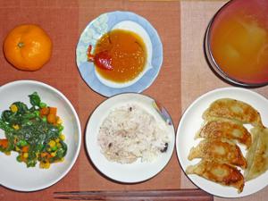五穀米,餃子,ほうれん草とミックスベジタブルのソテー,玉ねぎのおみそ汁,ミカン