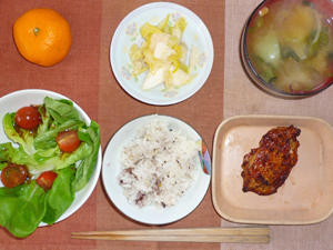 五穀米,鶏のパストラミ,サラダ菜とトマトのサラダ,白菜の漬物,玉ねぎとワカメのおみそ汁,ミカン
