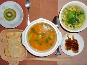 担々飯,焼き玉ねぎ,焼き鳥,玉子とブロッコリーのスープ,キウイフルーツ