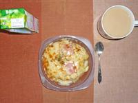 ポテトとベーコンのチーズ焼き,野菜ジュース,ミルクティー