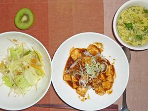 麻婆豆腐丼,野菜炒め,玉ねぎと玉子の中華スープ,キウイフルーツ