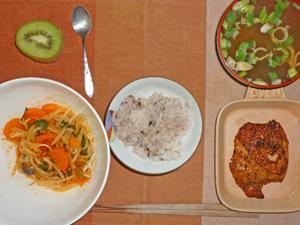 五穀米ご飯,鶏のパストラミ,野菜のトマトソース煮込み,ネギとワカメのみそ汁,キウイフルーツ