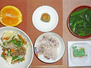 納豆ご飯,キャベツともやしの蒸し野菜,カボチャ,ほうれん草のみそ汁,ネーブルオレンジ