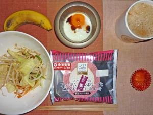フランボワーズのロールケーキ,蒸し野菜炒め,エビチリ,目玉焼き,バナナ,コーヒー
