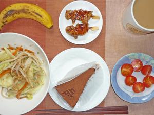 チョコレートケーキ,蒸し野菜,トマト,焼き鳥,バナナ,コーヒー
