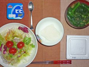 納豆ご飯,サラダ,ほうれん草とワカメのみそ汁,ヨーグルト