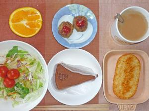チョコレートケーキ,ハンバーグ,ハッシュドポテト,サラダ,オレンジ,コーヒー