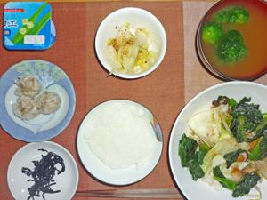 ご飯,昆布の佃煮,シューマイ,野菜のオイスター風炒め物,ブロッコリーのみそ汁,ヨーグルト