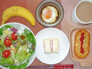 イチゴロール×2,サラダ,目玉焼き,ハッシュドポテト,バナナ,コーヒー