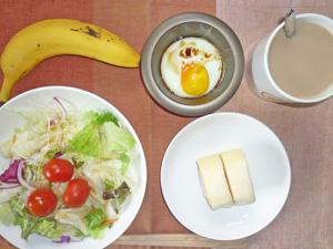 イチゴロール×2,サラダ,目玉焼き,バナナ,コーヒー